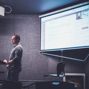 egy férfi prezentációt tart angol nyelven